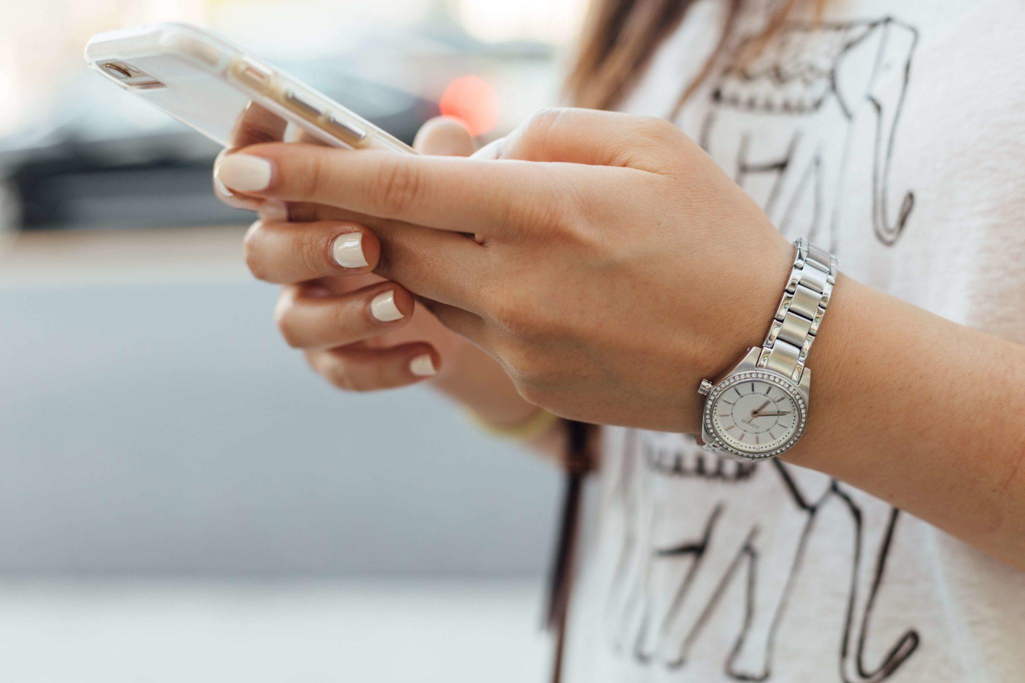 hello la com relations presse relations influenceurs marketing d'influence réseaux sociaux pour entreprise stratégie communication business smartphone